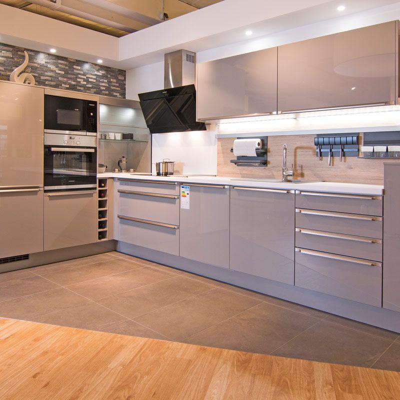 Nach Einigen Jahren Gefällt Ihnen Die Anordnung Der Arbeitsbereiche In Der  Küche Nicht Mehr, Die Farbe Der Fronten Ist Nicht Mehr Aktuell Und Die ...